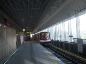 U2 fährt in Station ein